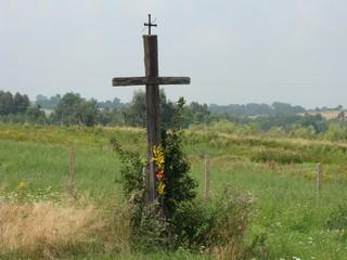 zdjęcie drewnianego krzyża przydrożnego