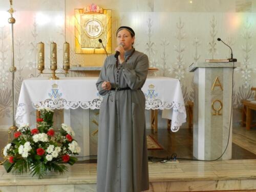 Zdjęcie przedstawia siostrę w kościele podczas obchodów 100 rocznicy odzyskania przez Polskę niepodległości.