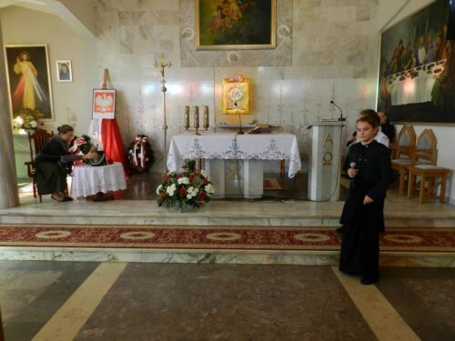 Zdjęcie przedstawia ołtarz w kościele i ministranta.