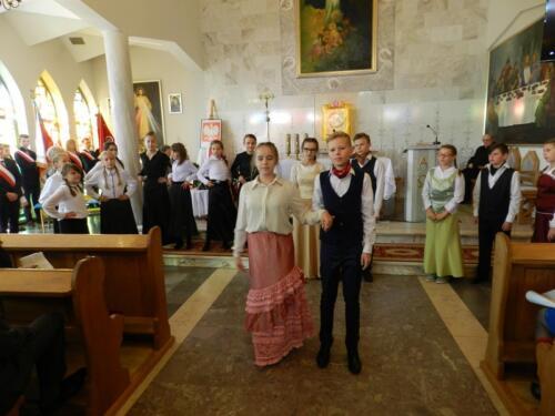 Zdjęcie przedstawia ludzi w kościele podczas obchodów 100 rocznicy odzyskania przez Polskę niepodległości.