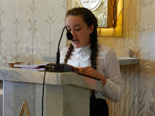 Zdjęcie przedstawia dziewczynkę która mówi z ambony podczas mszy świętej z okazji 100 rocznicy odzyskania przez Polskę niepodległości.