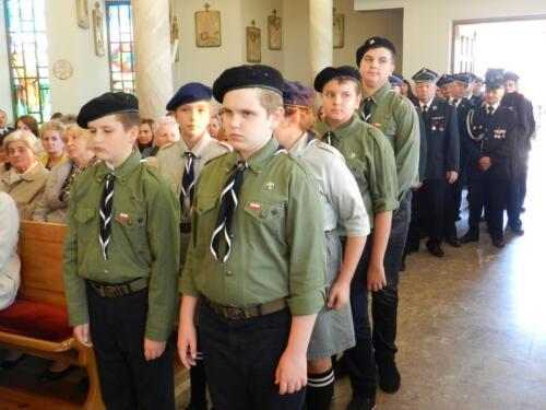Zdjęcie przedstawia harcerzy w kościele podczas obchodów 100 rocznicy odzyskania przez Polskę niepodległości.