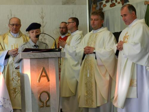 Zdjęcie przedstawia księży w kościele odprawiających mszę świętą podczas obchodów 100 rocznicy odzyskania przez Polskę niepodległości.