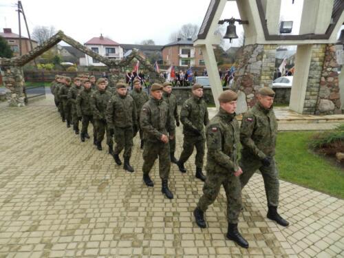 Zdjęcie przedstawia żołnierzy idących w marszu z okazji Święta Odzyskania przez Polskę Niepodległości 11 Listopada.
