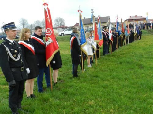 Zdjęcie przedstawia stojących przedstawicieli instytucji na obchodach związanych ze świętem 11 Listopada.