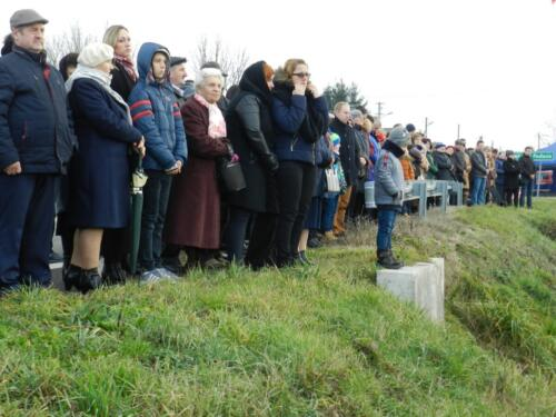 Zdjęcie przedstawia stojących ludzi na obchodach związanych ze świętem 11 Listopada.