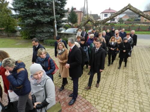 Zdjęcie przedstawia ludzi, oficjeli oraz przedstawicieli różnych organizacji idących w marszu z okazji Święta Odzyskania przez Polskę Niepodległości 11 Listopada.