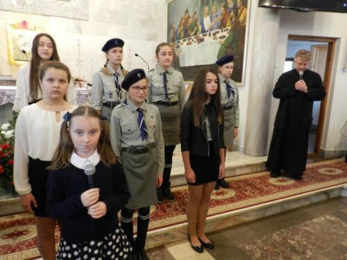 Zdjęcie przedstawia ludzi podczas święta 11 Listopada.