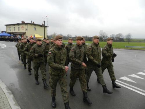 Zdjęcie przedstawia idącą grupę żołnierzy.