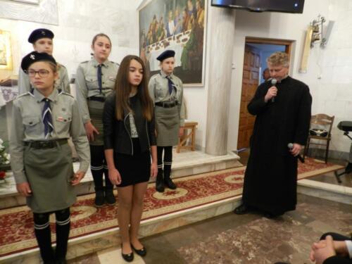 Zdjęcie przedstawia harcerzy w kościele.