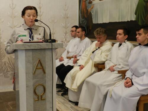 Zdjęcie przedstawia odprawienie mszy świętej przez księdza, w tle widać ministrantów.