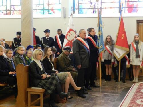 Zdjęcie przedstawia ludzi w kościele na obchodach związanych ze świętem 11.11