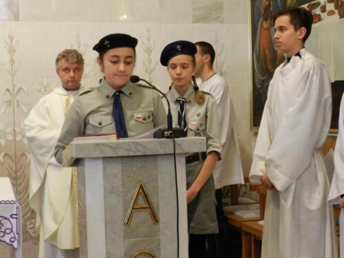 Zdjęcie przedstawia harcerzy w kościele na obchodach związanych ze świętem 11.11