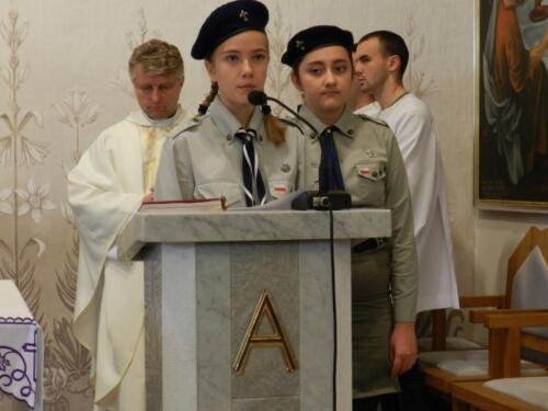 Zdjęcie przedstawia harcerzy w kościele na obchodach związanych ze świętem 11.11 a w tle widać duchownych.