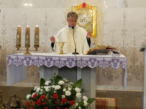Zdjęcie przedstawia księdza sprawującego mszę świętą w kościele z okazji 11.11