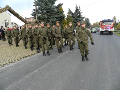 Zdjęcie przedstawia żołnierzy idących w marszu na obchodach związanych ze świętem 11.11