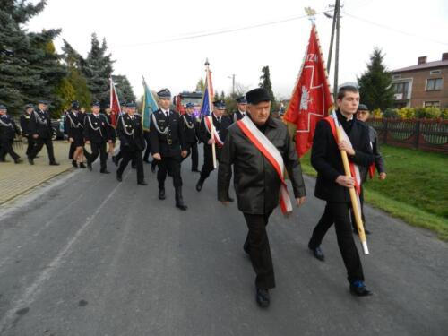 Zdjęcie przedstawia ludzi idących w marszu na obchodach związanych ze świętem 11.11