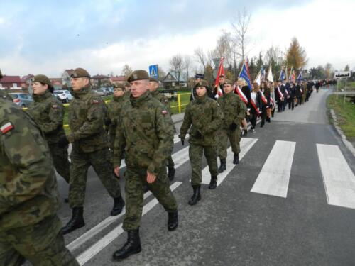 Zdjęcie przedstawia żołnierzy idących w marszu z okazji 11.11