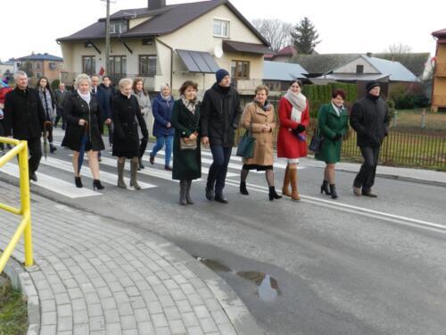 Zdjęcie przedstawia ludzi idących w marszu z okazji 11.11