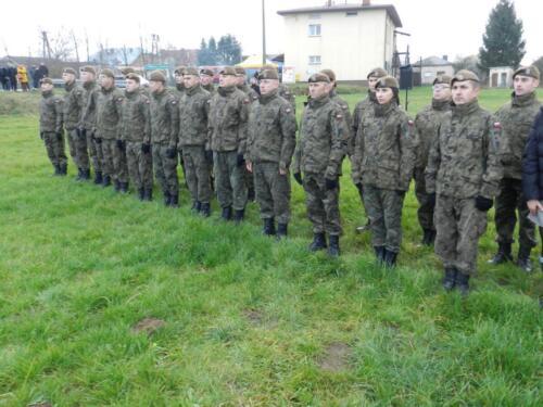 Zdjęcie przedstawia stojących żołnierzy z okazji 11.11