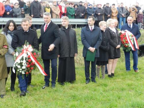 Zdjęcie przedstawia stojących ludzi z okazji 11.11