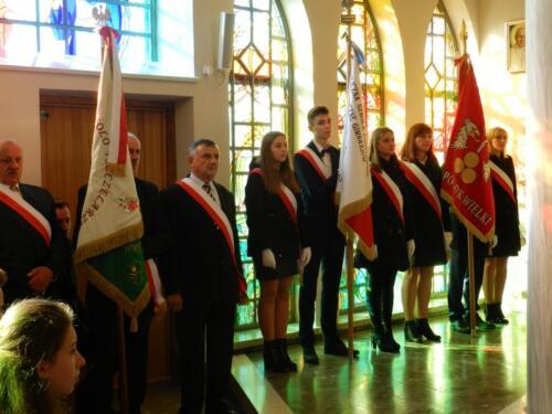 Zdjęcie przedstawia oficjeli z różnych instytucji i organizacji w kościele podczas obchodów 100 rocznicy odzyskania przez Polskę niepodległości.