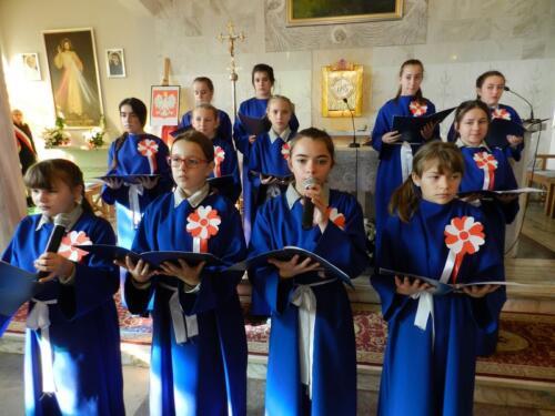 Zdjęcie przedstawia ludzi chórze w kościele podczas obchodów 100 rocznicy odzyskania przez Polskę niepodległości.