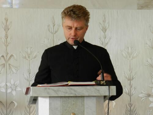 Zdjęcie przedstawia księdza w kościele podczas obchodów 100 rocznicy odzyskania przez Polskę niepodległości.