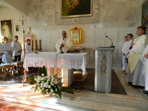 Zdjęcie przedstawia księży którzy odprawiają mszę świętą podczas obchodów 100 rocznicy odzyskania przez Polskę niepodległości.