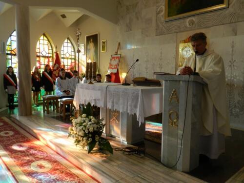 Zdjęcie przedstawia księży w kościele podczas obchodów 100 rocznicy odzyskania przez Polskę niepodległości.