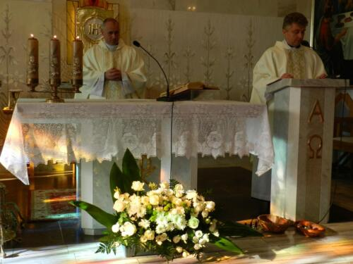 Zdjęcie przedstawia księży odprawiających mszę świętą stojący przy ołtarzu podczas obchodów 100 rocznicy odzyskania przez Polskę niepodległości.