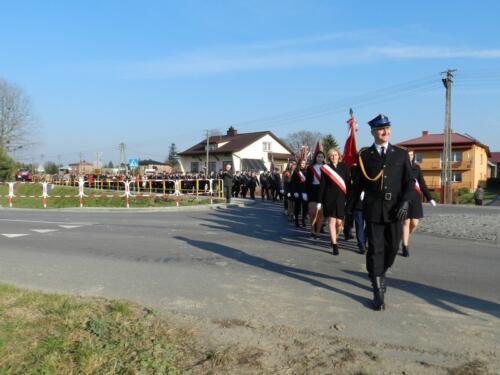 Zdjęcie przedstawia ludzi idących w marszu podczas obchodów 100 rocznicy odzyskania przez Polskę niepodległości.