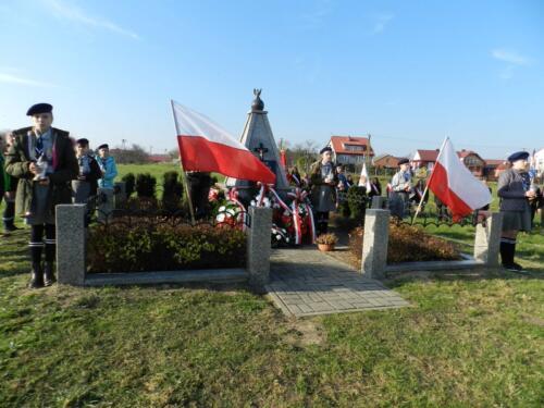 Zdjęcie przedstawia ludzi podczas obchodów 100 rocznicy odzyskania przez Polskę niepodległości