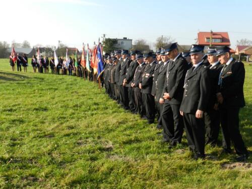 Zdjęcie przedstawia ludzi podczas obchodów 100 rocznicy odzyskania przez Polskę niepodległości.