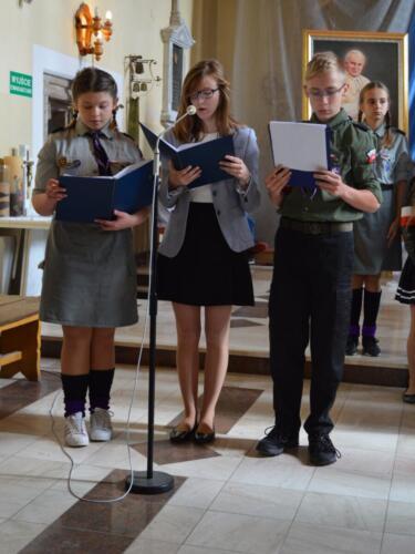 Zdjęcie przedstawia harcerzy na mszy świętej podczas obchodów związanych z rocznicą wybuchu II Wojny Światowej.