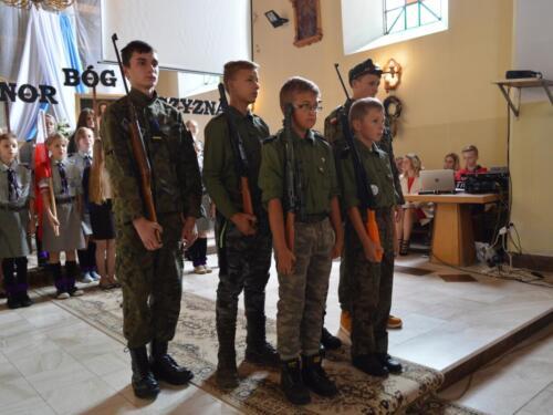 Zdjęcie przedstawia ludzi na mszy świętej podczas obchodów związanych z rocznicą wybuchu II Wojny Światowej.