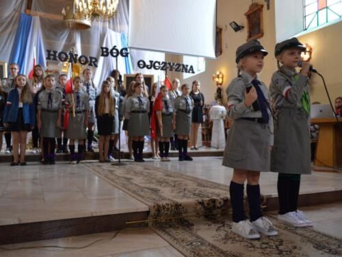 Zdjęcie przedstawia harcerzy na obchodach związanych z rocznicą wybuchu II Wojny Światowej.