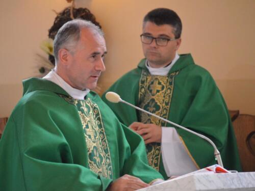 Zdjęcie przedstawia księża na mszy świętej z okazji obchodów rocznicy wybuchu II Wojny Światowej, który wygłasza modlitwę.