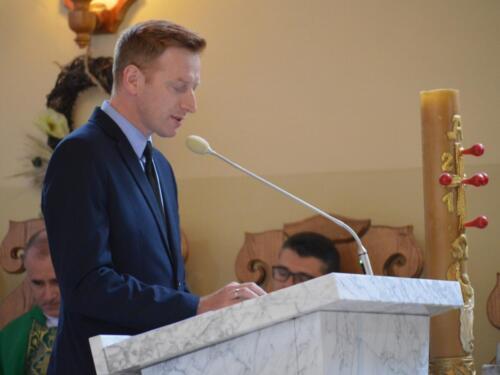 Zdjęcie przedstawia człowieka na mszy świętej z okazji obchodów rocznicy wybuchu II Wojny Światowej, który wygłasza czytanie.