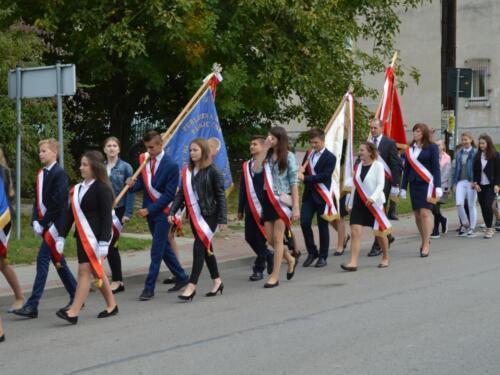 Zdjęcie przedstawia uczniów szkół na obchodach związanych z rocznicą wybuchu II Wojny Światowej.