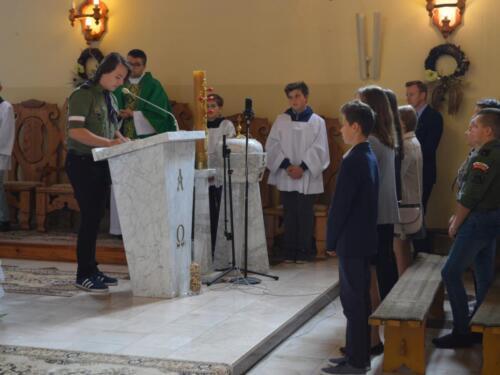 Zdjęcie przedstawia ludzi na mszy świętej z okazji obchodów rocznicy wybuchu II Wojny Światowej.