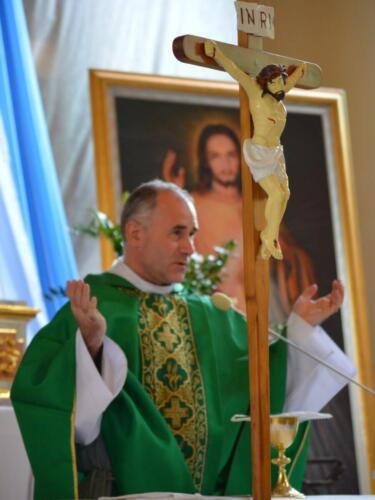 Zdjęcie przedstawia księża na mszy świętej z okazji obchodów rocznicy wybuchu II Wojny Światowej.