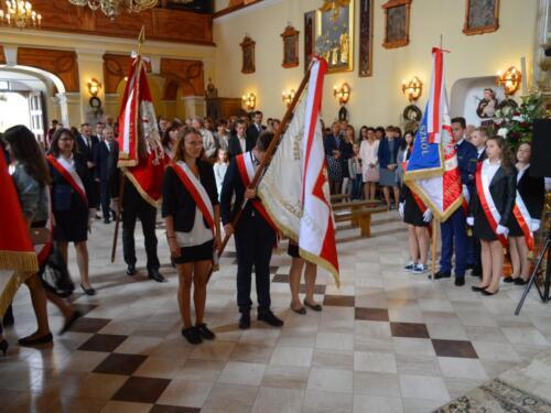 Zdjęcie przedstawia uczniów szkół na mszy świętej podczas obchodów związanych z rocznicą wybuchu II Wojny Światowej.