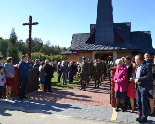 Zdjęcie przedstawia złożenie hołdu pomordowanym ludziom przez Niemców we wsi Osówek przez współczesnych ludzi.