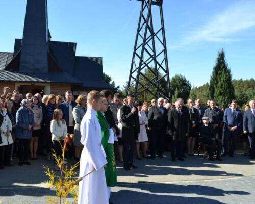 Zdjęcie przedstawia mszę świętą w intencji pomordowanych ludzi przez Niemców we wsi Osówek podczas II Wojny Światowej.