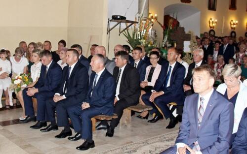 Zdjęcie przedstawia grupę ludzi siedzących i oglądających świątkowe przedstawienie