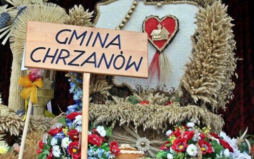 """Zdjęcie przedstawia trofeum zrobiony z materiałów naturalnych z napisem """"Gmina Chrzanów"""""""