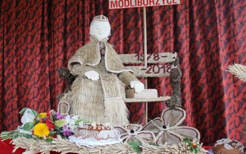 Zdjęcie przedstawia lalkę, wykonaną z siana i innych materiałów naturalnych