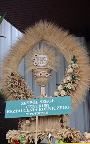 Zdjęcie przedstawia trofeum zrobiony z siana i przedstawiający Zespół Szkół - Centrum Kształcenia Rolniczego