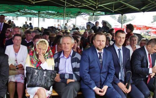 Zdjęcie przedstawia grupę ludzi siedzących na wydarzeniu świątecznym